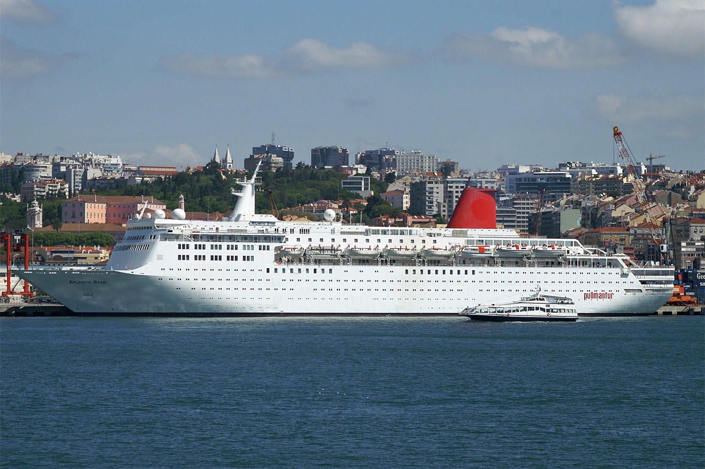 Crucero atracado en el puerto de Lisboa