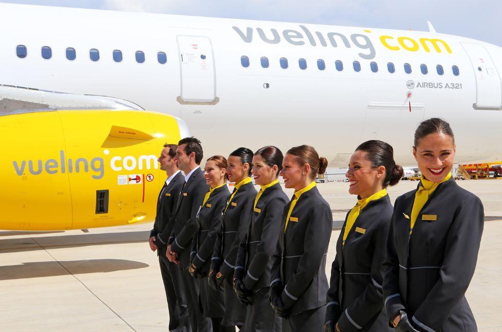 Vueling avion a321 y la tripulación al pie del avión
