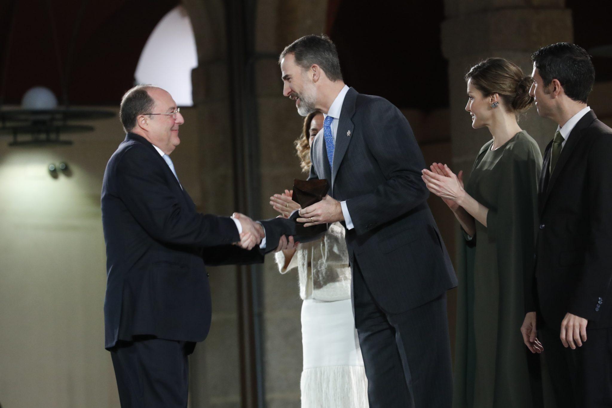 D. Carlos Moro Recibiendo el premio de manos de su Majestad el Rey Felipe VI