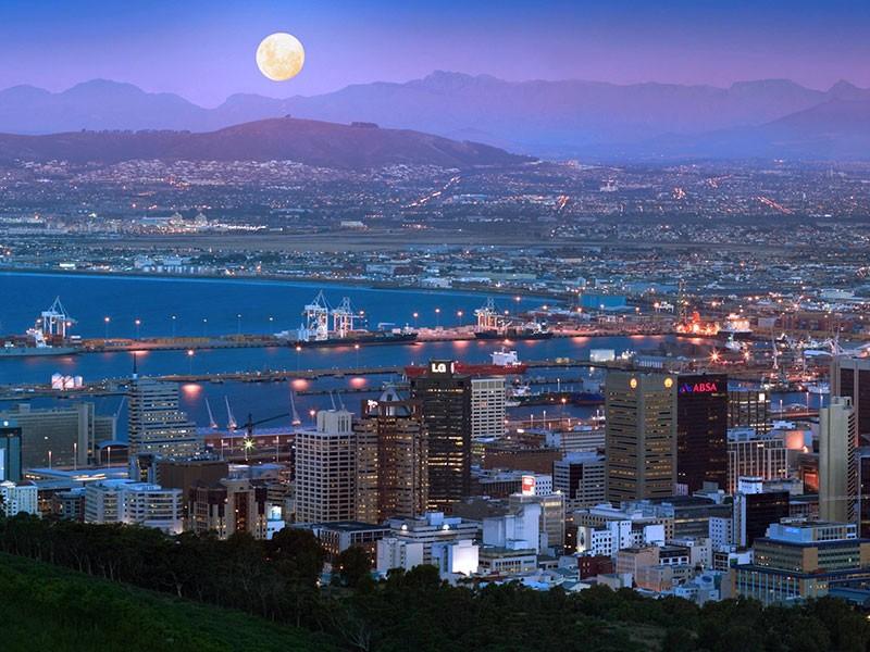 Vista nocturna de Ciudad del Cabo en Sudafrica