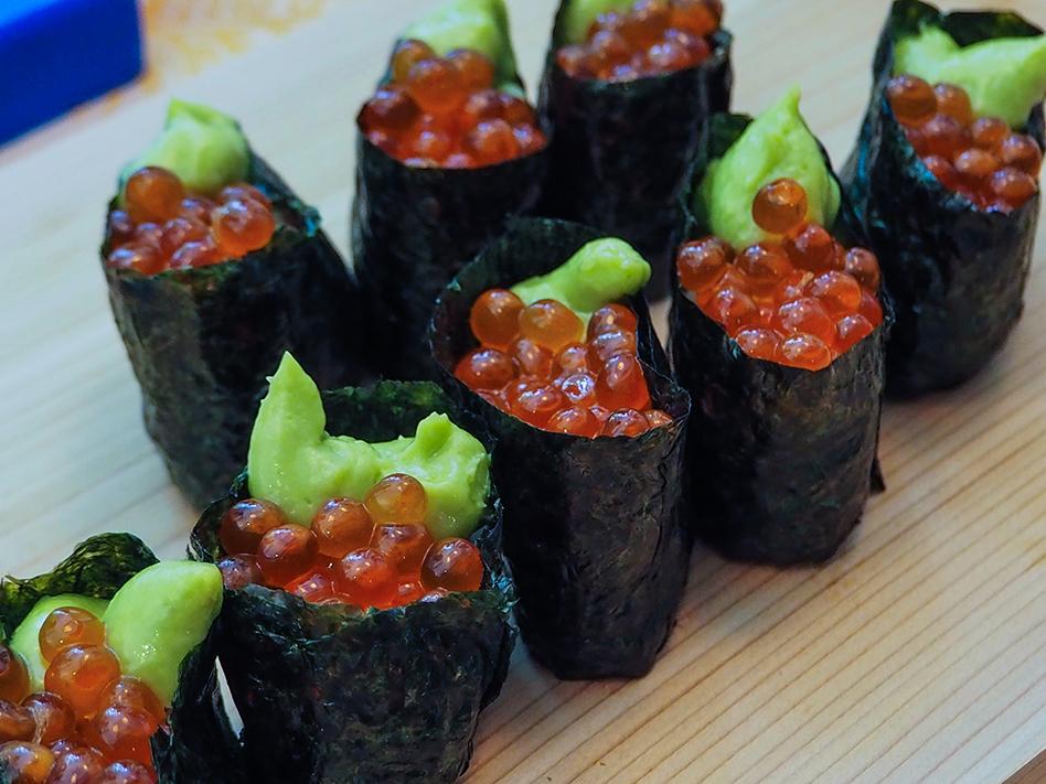 sushi de huevas de salmon y guacamole