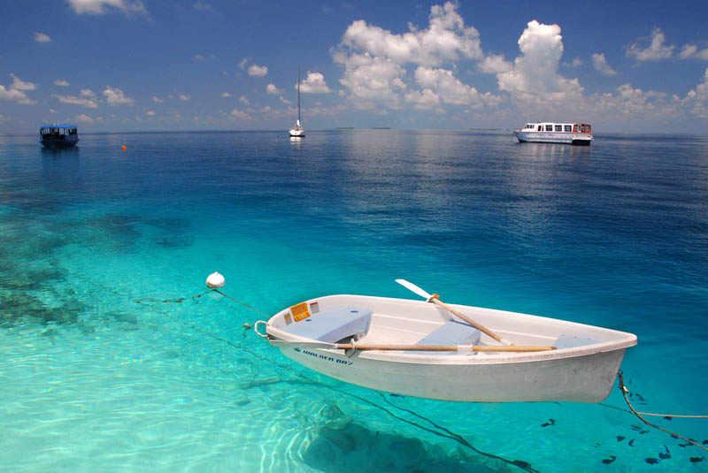 Barca y aguas cristalinas. Maldivas