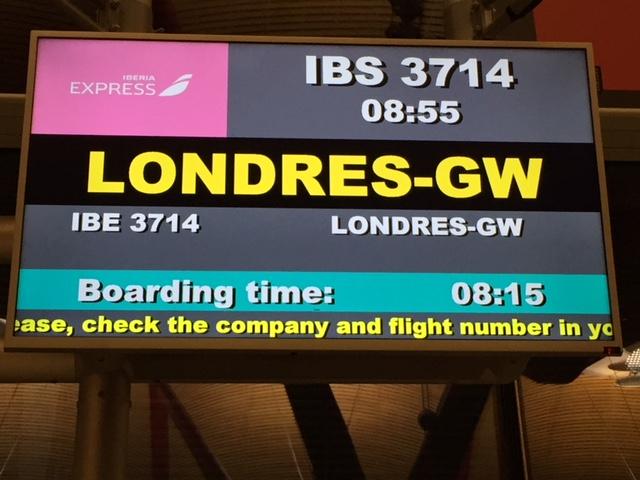 Puertas de embarque en color rosa Iberia Express