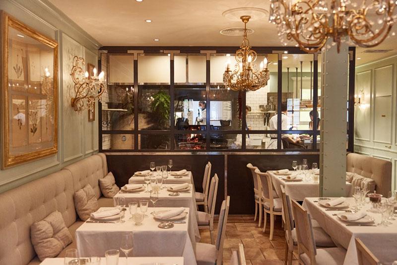 Sala y cocina del restaurante fuego en Madrid