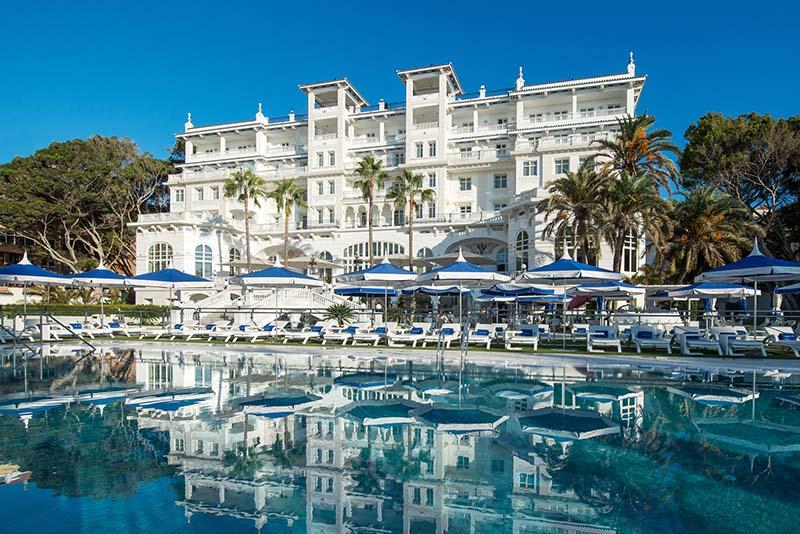 Piscina y fachada del Hotel Santos Miramar de Málaga