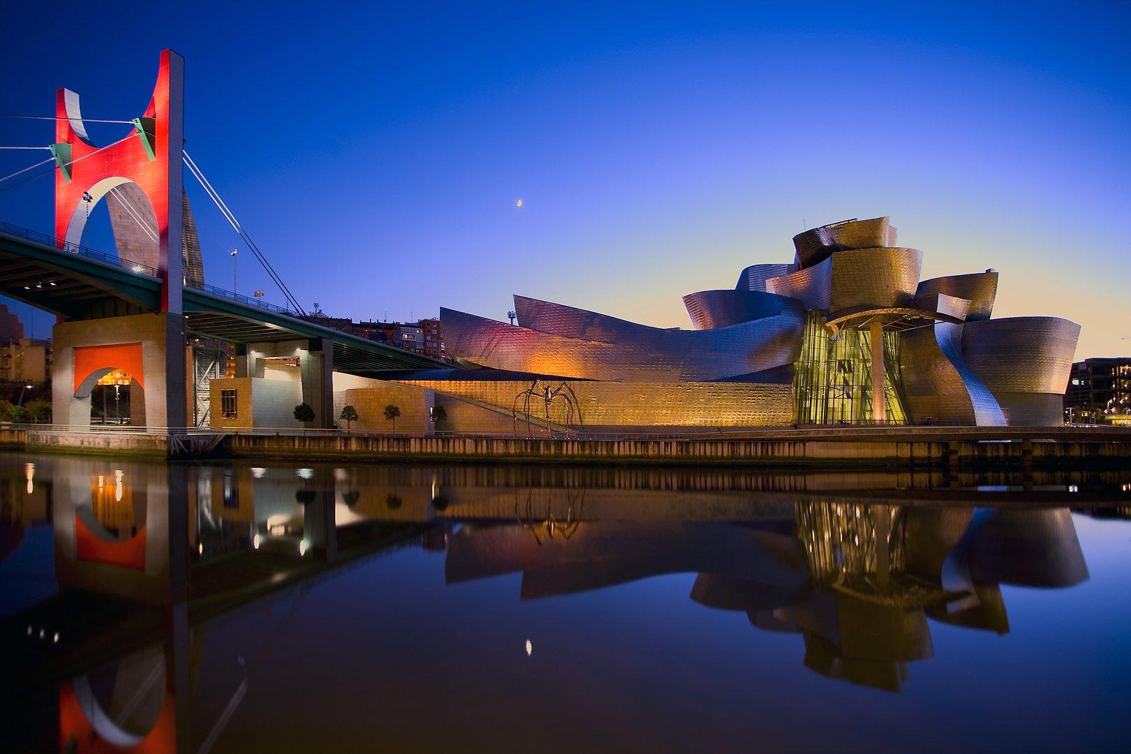 Vista del Guggenheim y la ria en Bilbao