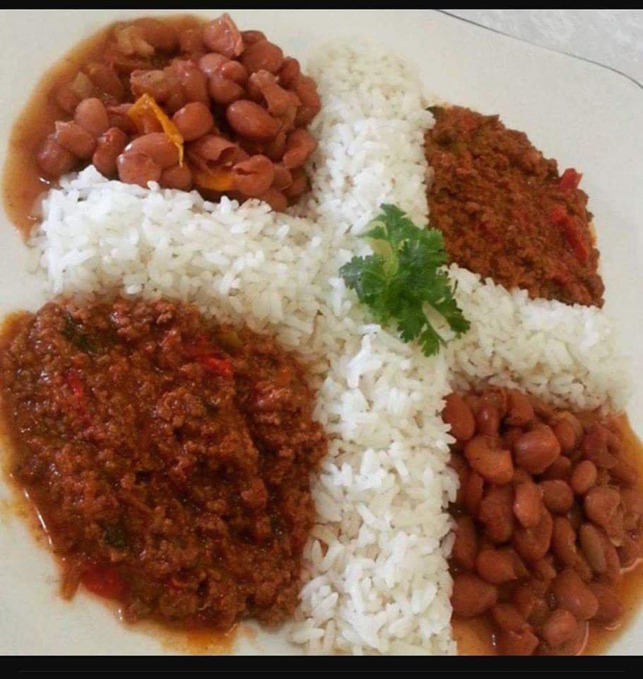 La bandera plato de arroz, carne y frijoles