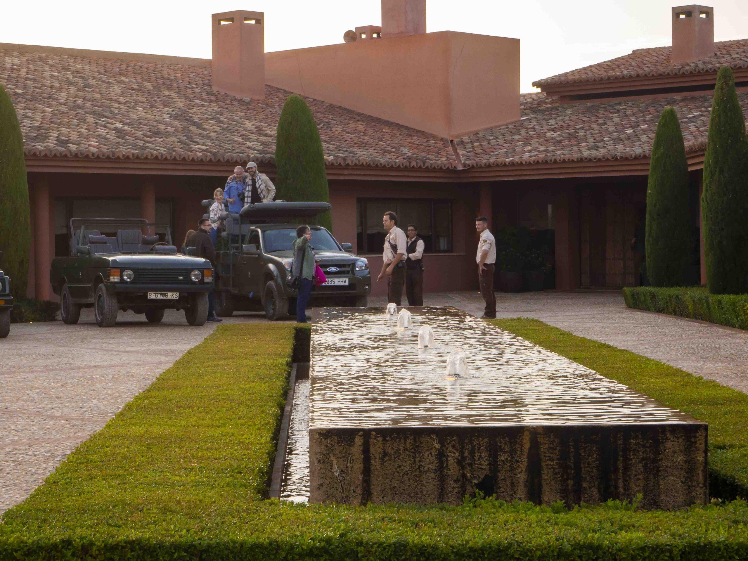 Entrada de la casa con los vehículos para los safaris