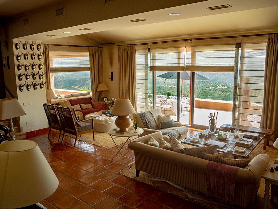 Una zona del salón y la terraza con vistas a Sierra Morena