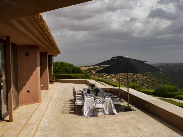 La mesa está puesta en la terraza