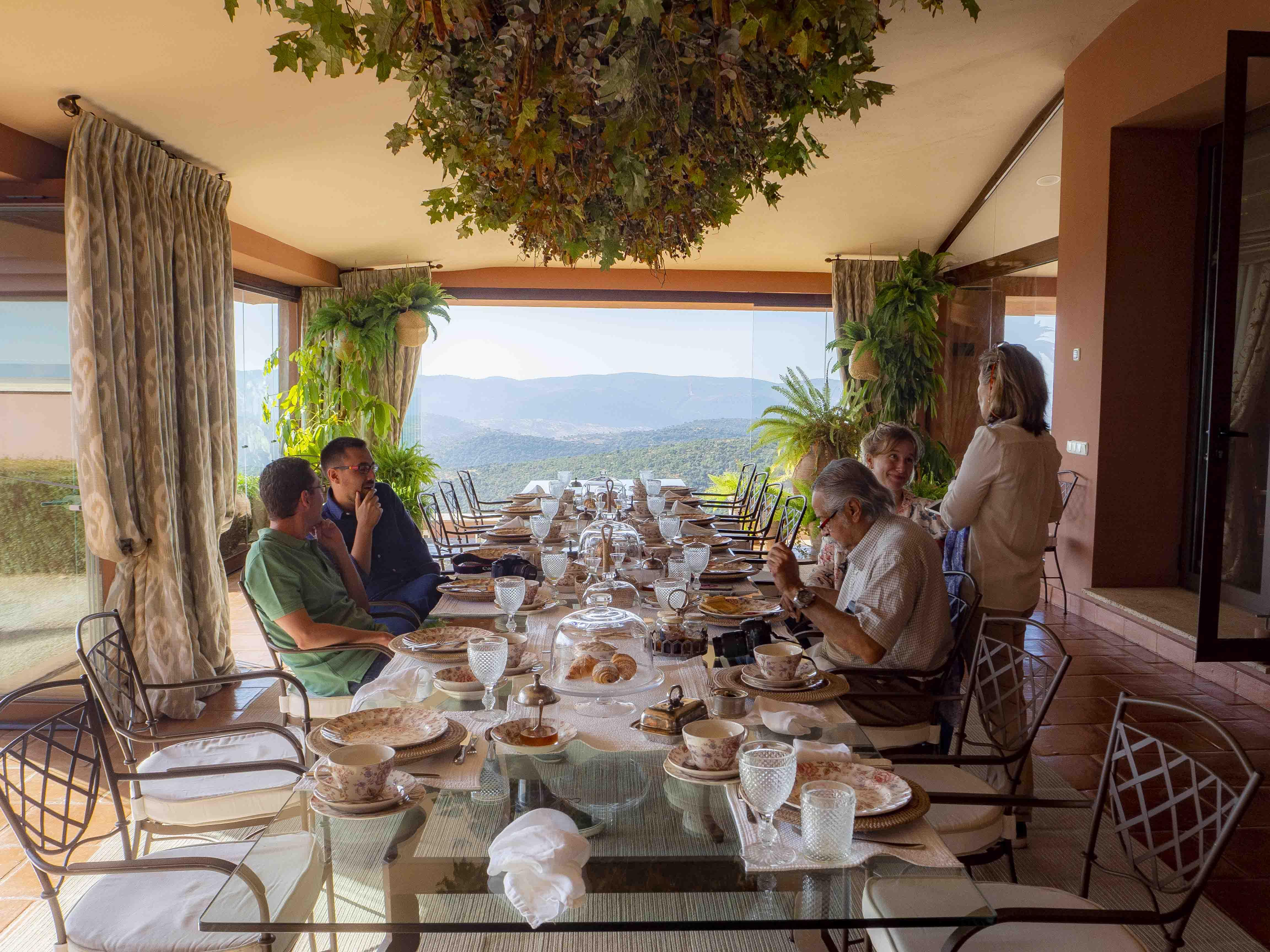 En otro de sus porches tras volver del safari matutino nos espera un gran desayuno