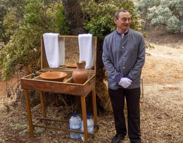 Igor, el mayordomo de la casa nos espera para lavarnos las manos antes de la comida en el campo
