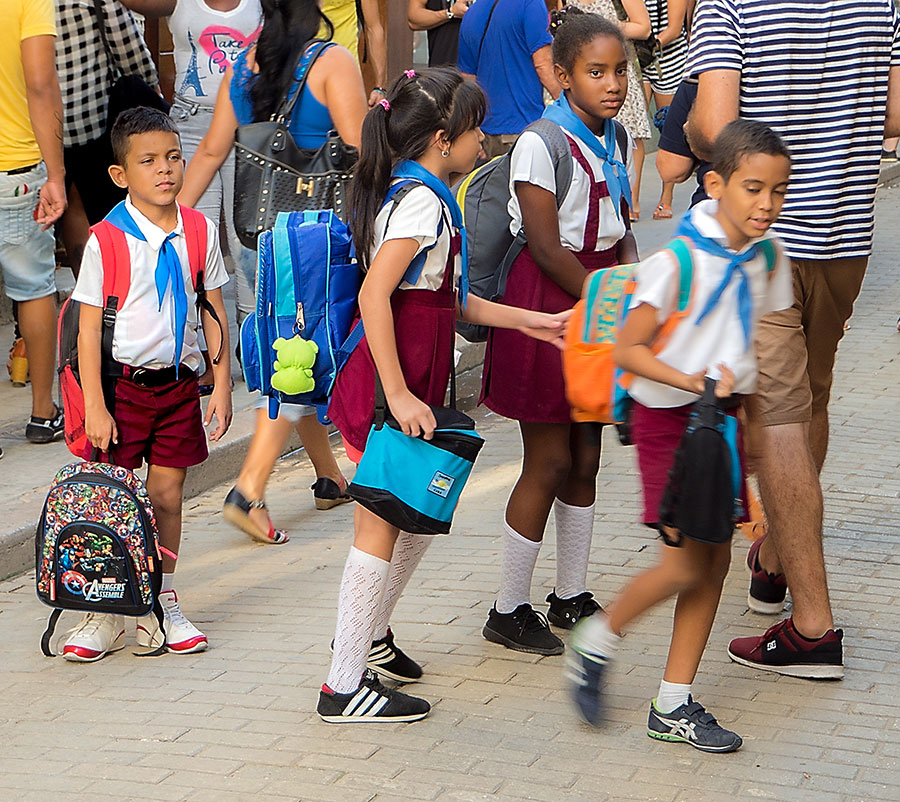 Estudiantes saliendo de la escuela