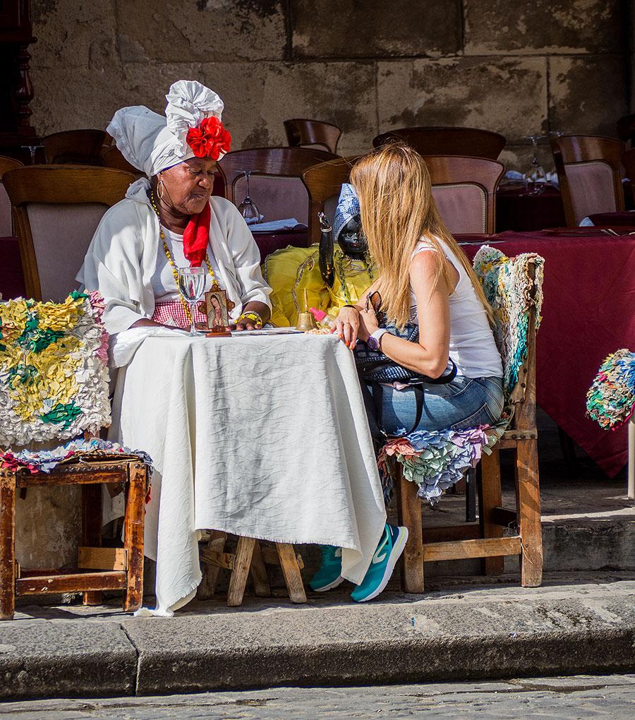 Santera leyendo el tarot en la Plaza de la Catedral