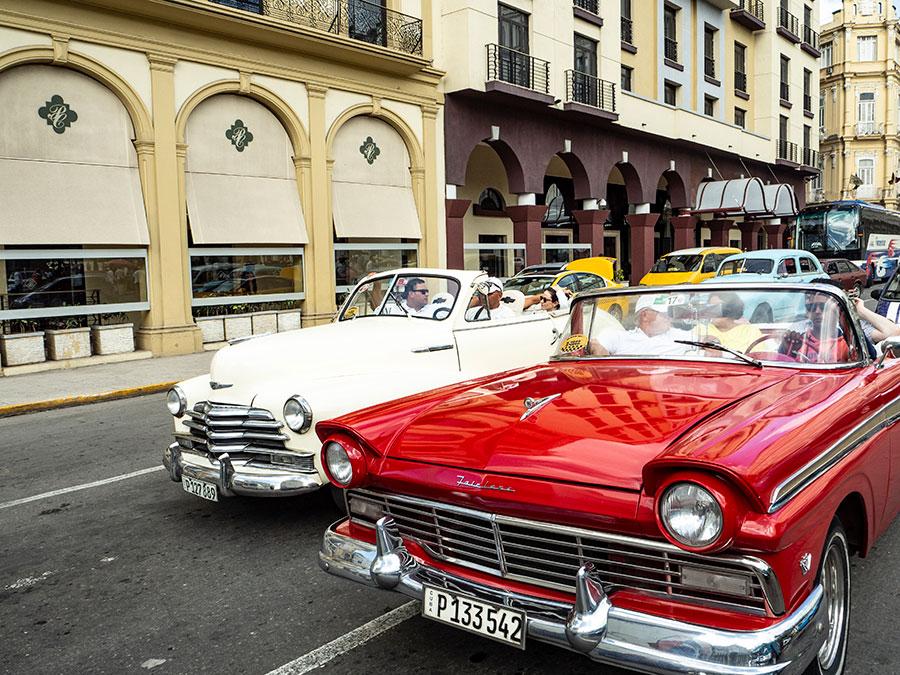 Coches clásicos por el Parque Central de La Habana