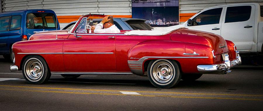 Antiguos coches clásicos circulan por La Habana