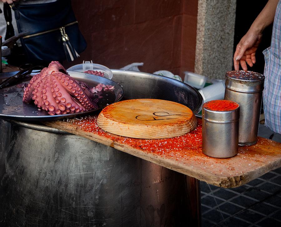 Preparando pulpo a feira en un puesto en la calle los días de mercadillo