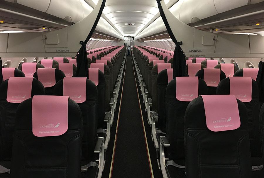 Cabina del avión vestido de rosa
