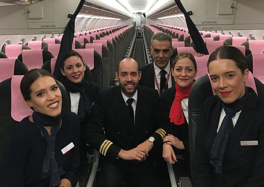 Iberia Express da la cara contra el cáncer de mama