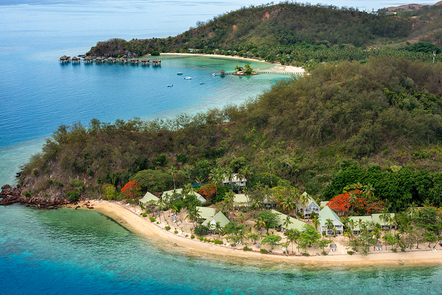 Vistas aéreas de Malolo Island Resort en primer plano y de Likuliku Lagoon Resort al fondo