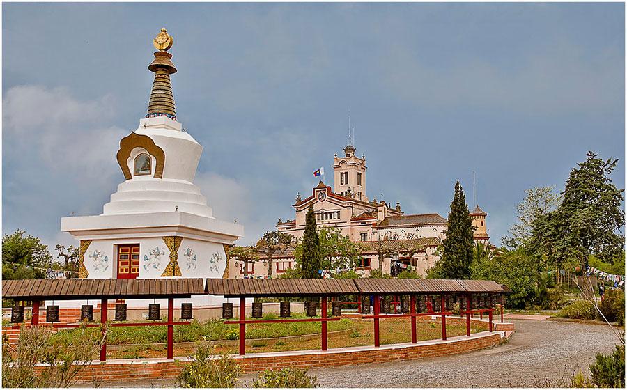 Palau Novella y la estupa budista