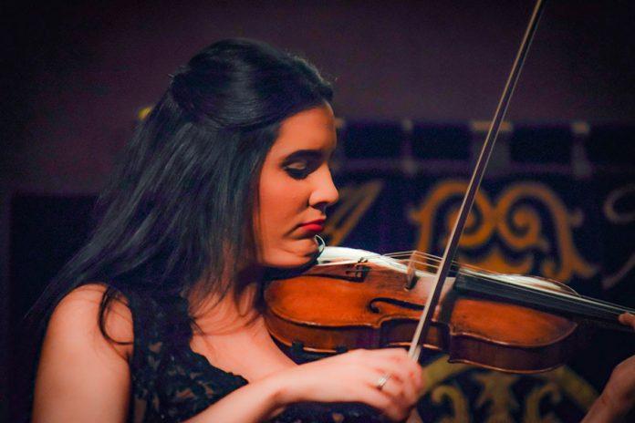 Aisha Syed durante el concierto en. Valencia