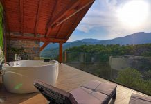 Jacuzzi y terraza de la Casa Belsierre