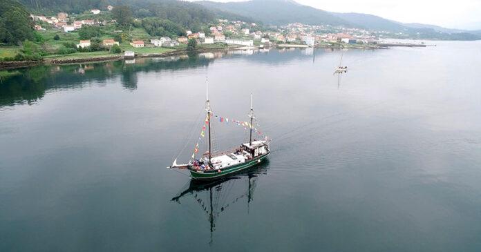 Vista del balandro navegando por la ría de Muros-Noia