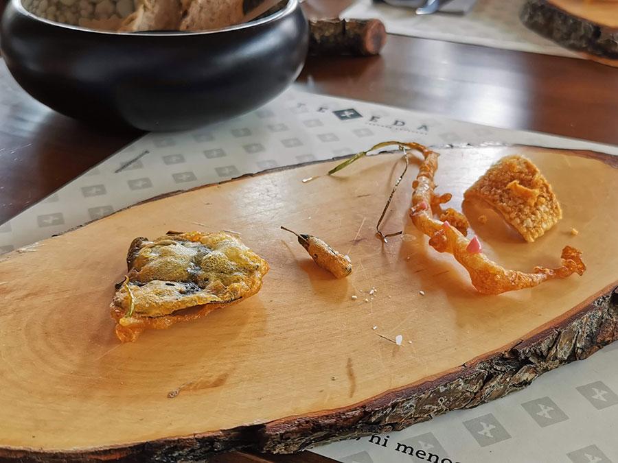 En tempura de cerveza TEXEDA) Brote de cebolleta Hoja de almendro Hoja de vinagrera Chicharrón de cochino negro
