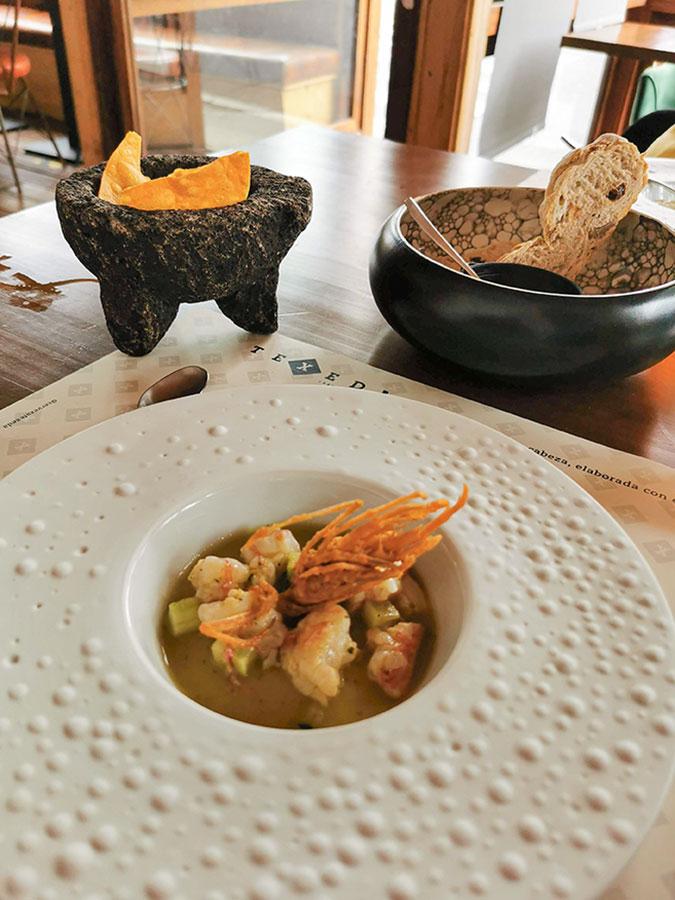 Aguachile de gambón con chile, cilantro, jenjibre y la cabeza crujiente a modo de coral, que acompaña con totopos hechos por ellos mismos