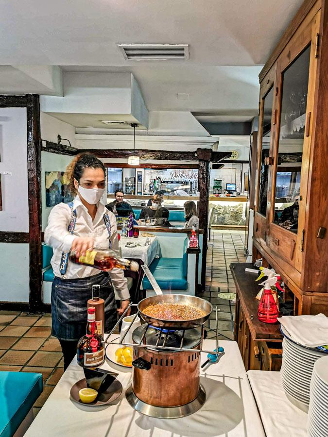 Preparando la Crêpe Suzzete en la mesa