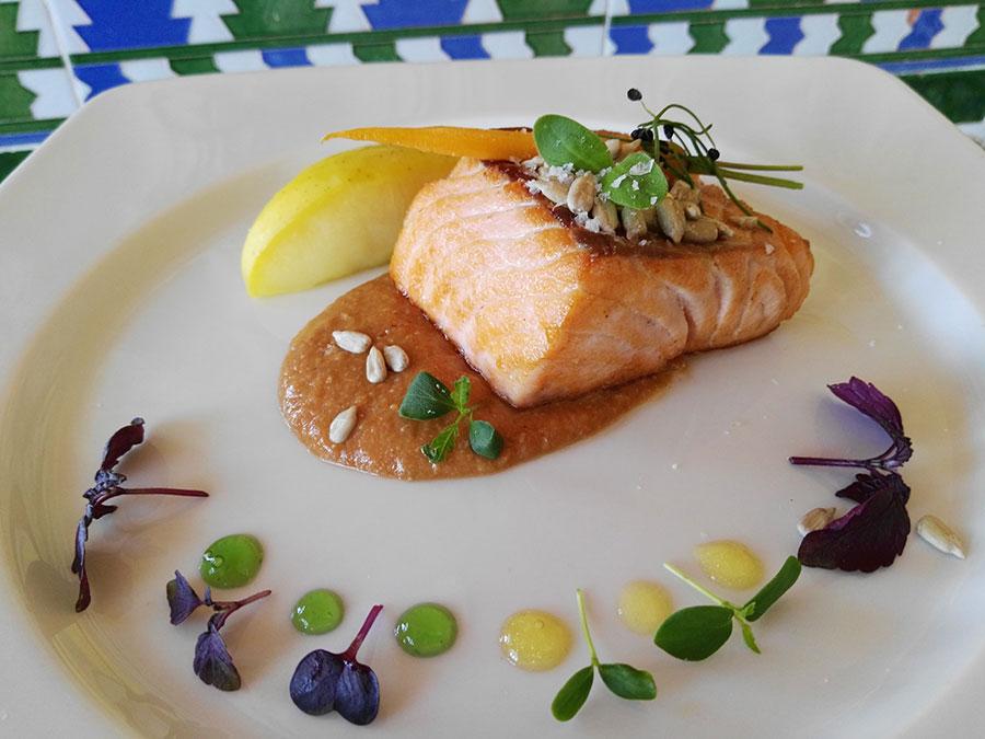 Salmón-con-salsa-de-marisco